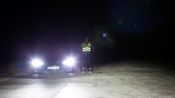 1dd0c7df Med refleksvest ser man brått personen ved siden av bilen tydelig.