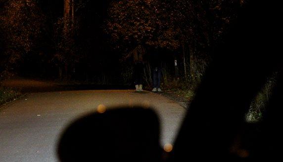 2d49f193 Se forskjellen! Her er en normalt opplyst gate, og to personer plassert 40  meter unna bilen, som har nærlysene tent. Personene har to vanlige ...